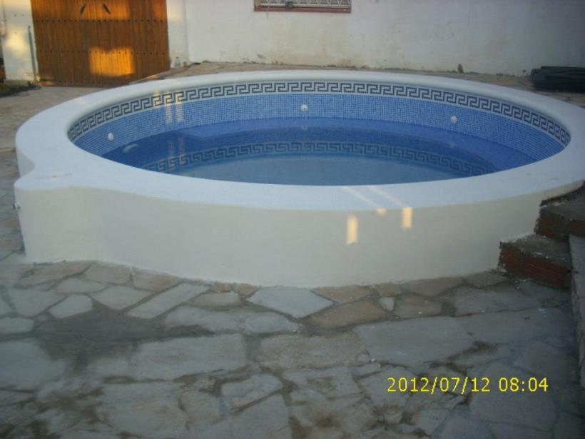 Construcción de piscina de obra circular en Torredembarra