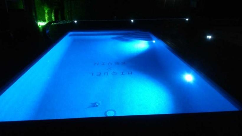 Construcción de piscina de obra en Reus con iluminación ambiente