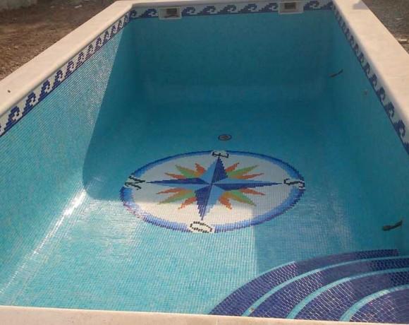 Construcción de piscina con dibujo de la Rosa de los vientos en Torredembarra